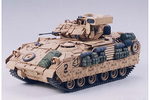 MODEL KIT AMER BRONETRANSPORTER M2A2 OPER DESERT STORM (DESERT STORM) IFV BRADLEY WITH 2 PIECES | АМЕР БРОНЕТРАНСПОРТЕР M2A2 OPER DESERT STORM (БУРЯ В ПУСТЫНЕ) IFV BRADLEY С 2-МЯ ФИГУРАМИ *СБОРНАЯ МОДЕЛЬ